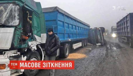 На Одесской трассе из-за тумана и ямы произошло масштабное ДТП