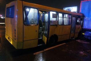 В Киеве автобус столкнулся с грузовиком: одного из пассажиров вырезали спасатели