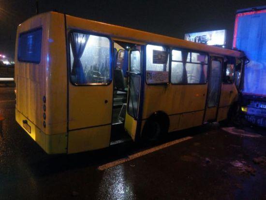 У Києві автобус зіткнувся з вантажівкою: одного з пасажирів вирізали рятувальники