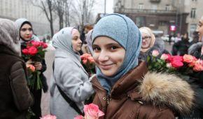 В Киеве мусульманки отметили День Хиджаба и дарили прохожим цветы