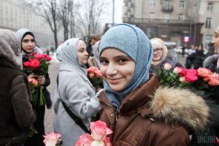 У Києві мусульманки відзначили День Хіджаба і дарували перехожим квіти