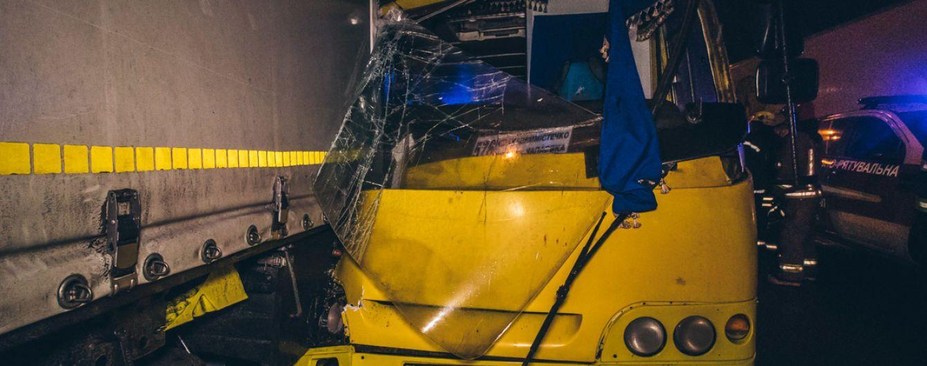 В Киеве маршрутка врезалась в фуру. Есть пострадавшие