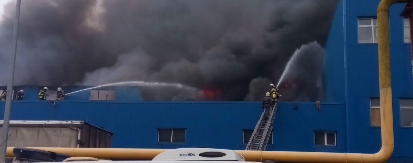 """В Киеве вспыхнул пожар на складах возле """"Дарынка"""""""