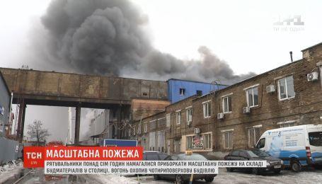В Киеве горит 8 тысяч квадратных метров складских помещений