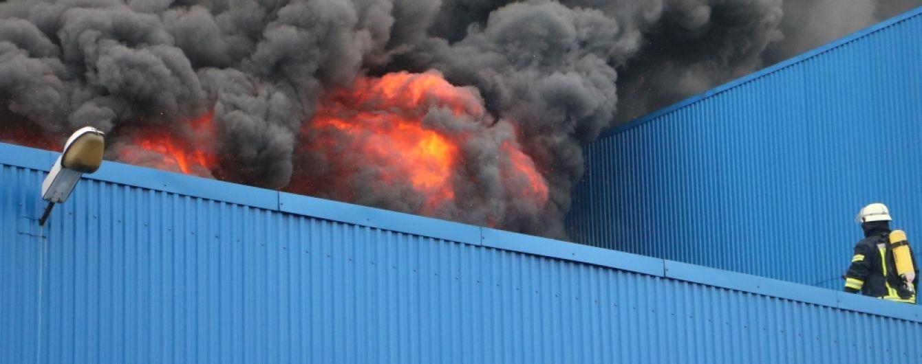 """Пожежникам вдалось локалізувати пожежу біля метро """"Лісова"""""""