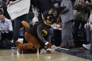 """""""Бэтмен"""" спас баскетболистов от летучей мыши во время матча НБА"""