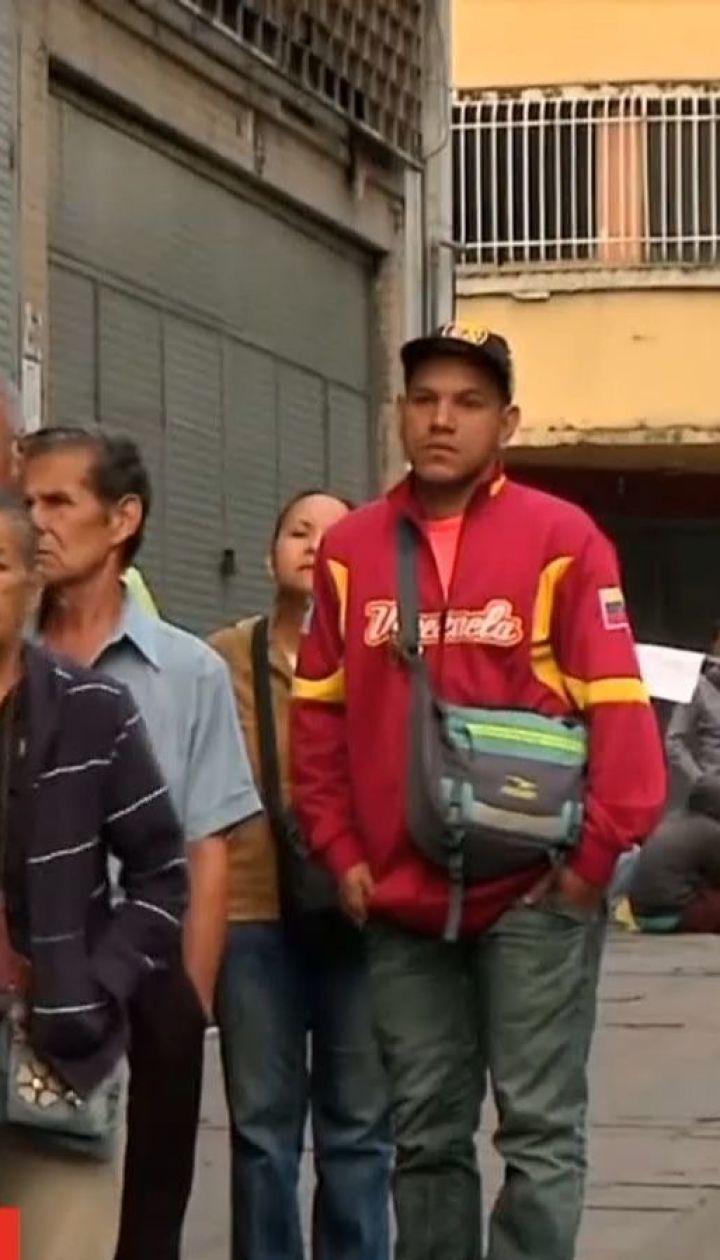 Тысячи венесуэльцев бегут из страны, уровень жизни в которой из-за инфляции резко сократился