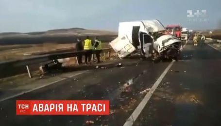 """Смятый микроавтобус и фура в кювете: на трассе """"Киев - Чоп"""" произошло ДТП"""