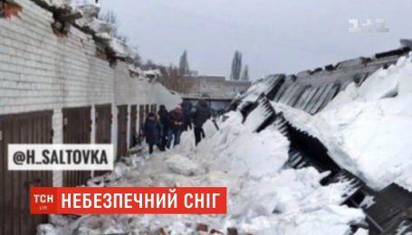 В Харькове крыша гаражного кооператива обвалилась под тяжестью снега