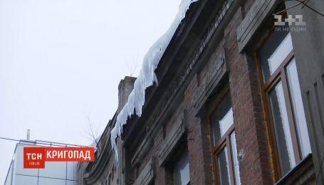 На Сумщині льодяна брила, що впала з даху будинку, привалила подружжя