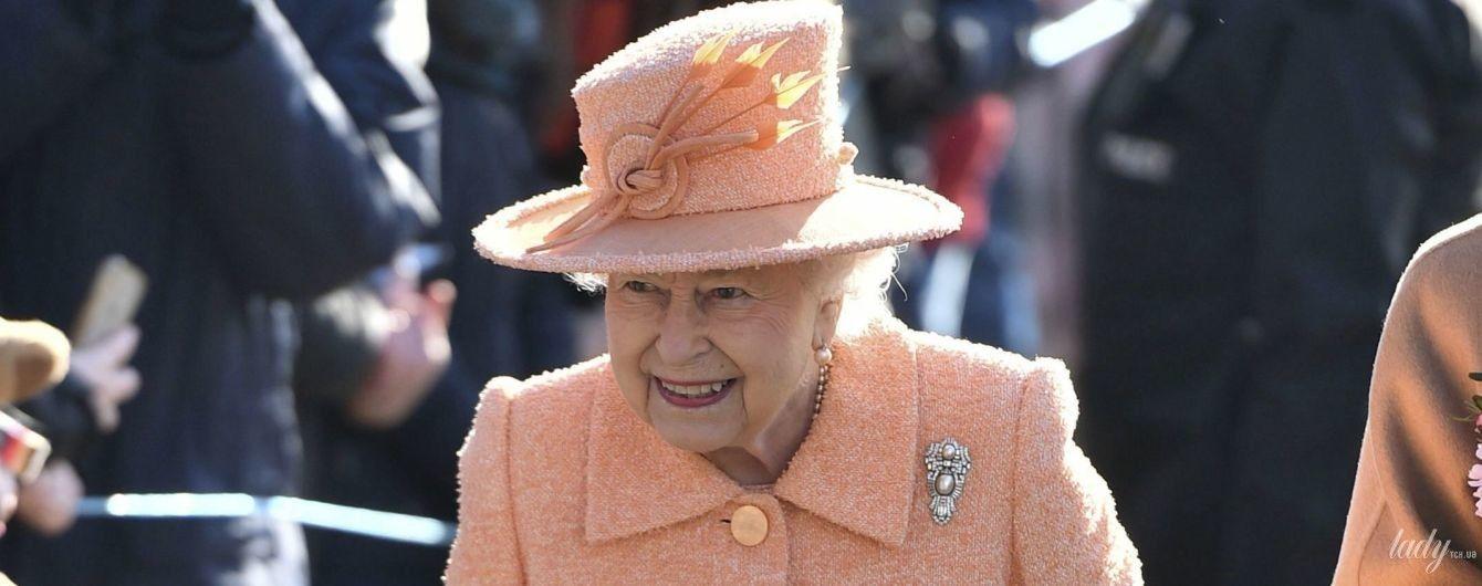 """Королева Елизавета II в нежном """"персиковом"""" образе сходила на службу"""
