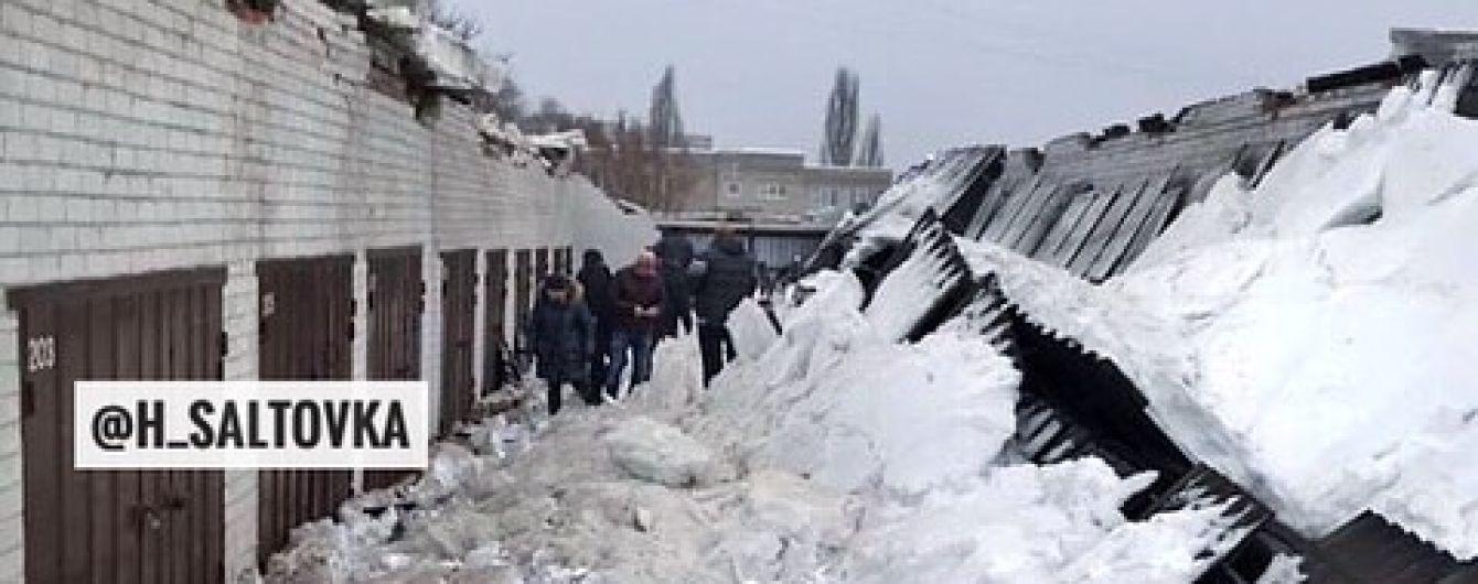 В Харькове под тяжестью снега на людей упала крыша гаражного кооператива
