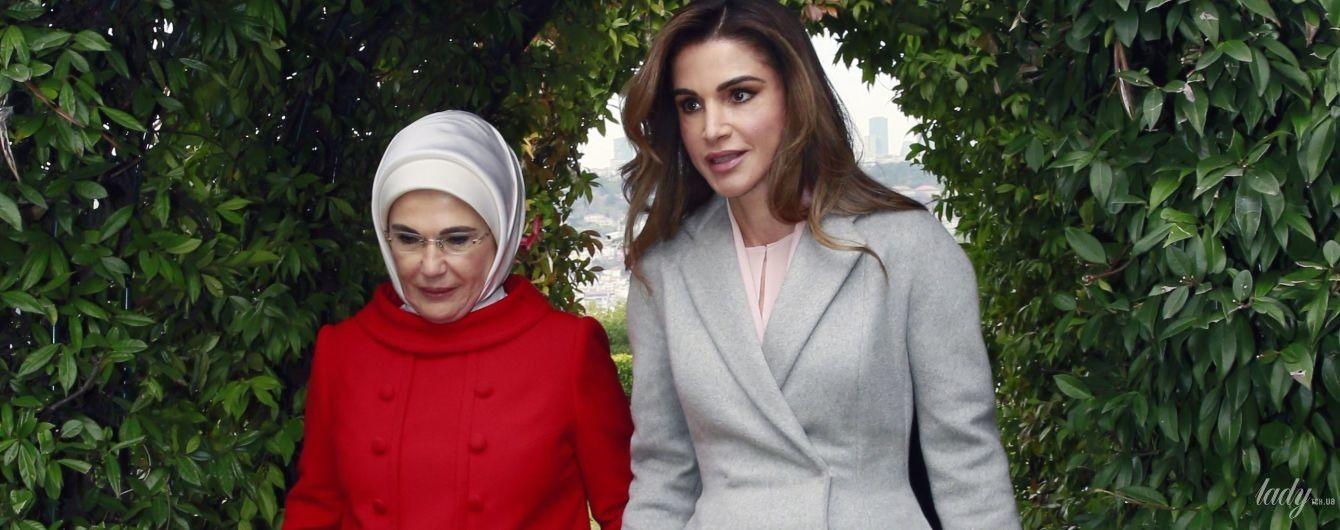 Скромно и со вкусом: королева Рания продемонстрировала два новых образа во время визита в Турцию