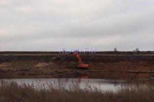 Экологическая катастрофа в Крыму: возле Керчи раскапывают хранилище отходов, сливая грязь в море - СМИ