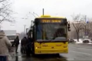 У Києві зняли, як пасажири штовхали тролейбус до зупинки