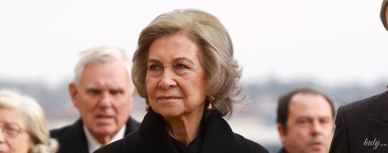 В элегантном черном: королева София приехала во Францию