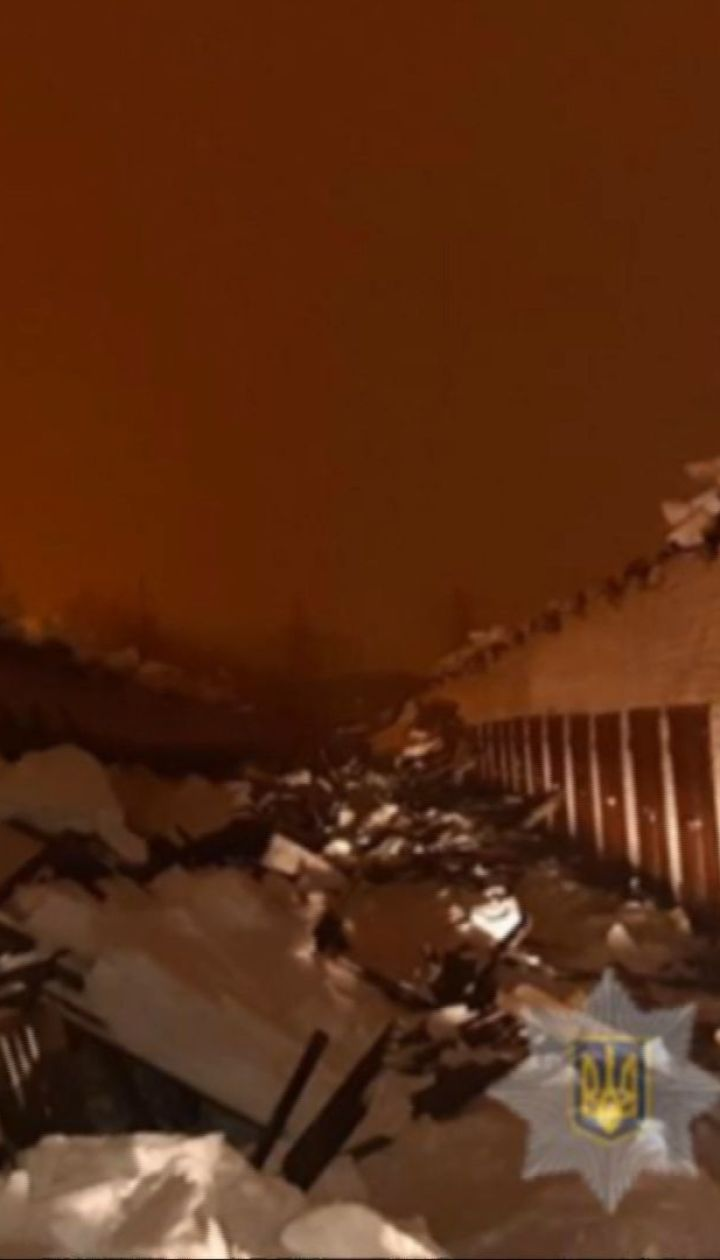 Двое мужчин пострадали при падении крыши гаражного кооператива, которая обвалилась под тяжестью снега