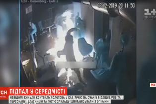 Пламя охватывает все, люди бегут сквозь огонь: видео из кафе в Днепре, в которое бросили коктейль Молотова
