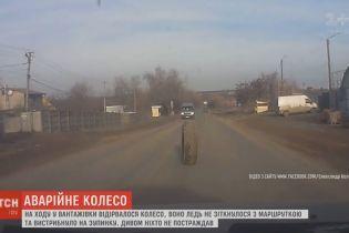 Оторванное колесо от грузовика едва не повлекло за собой несколько аварий на Одесчине