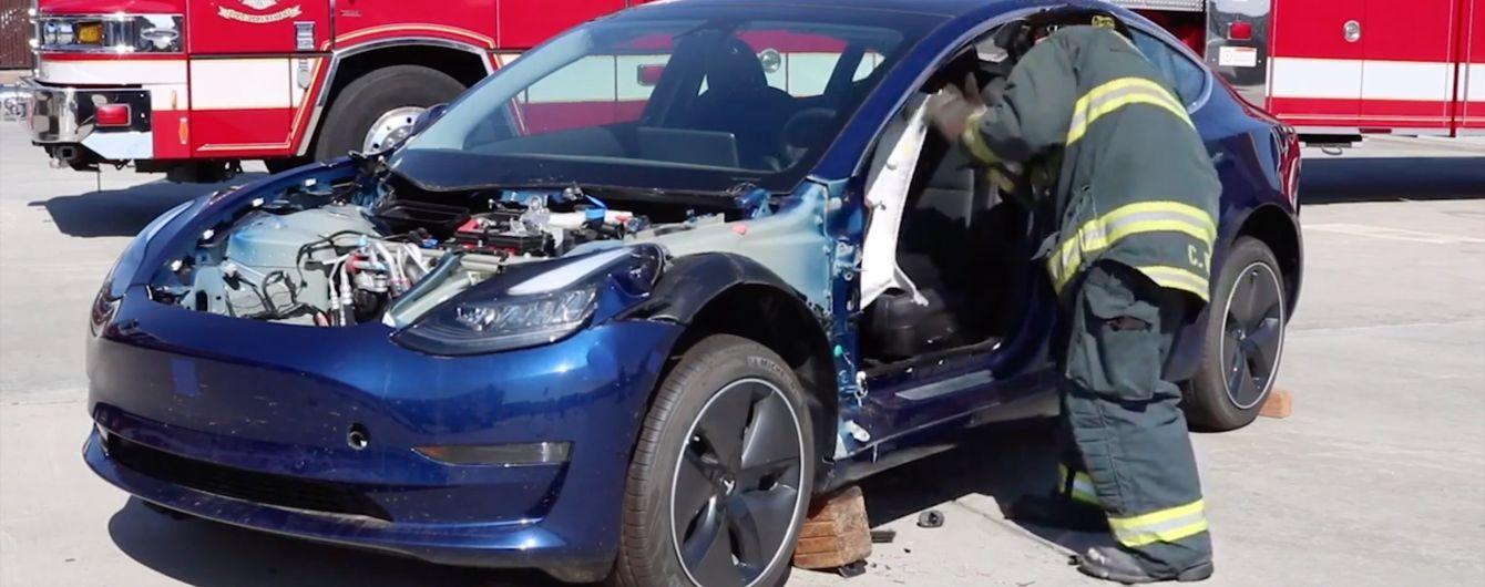 В США пожарные безжалостно распилили целую Tesla Model 3 на видео