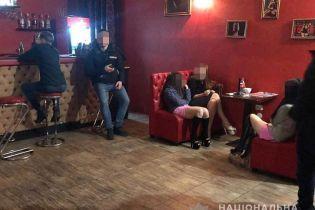 """В Киеве """"накрыли"""" стриптиз-клуб, в котором предоставляли сексуальные услуги"""