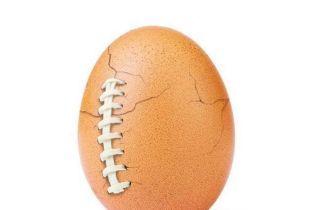 Самое популярное яйцо в Instagram рекламировало Супербоул, а теперь борется с давлением соцсетей