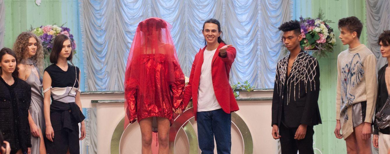 Невеста в красном мини и свадебная атрибутика: Жан Грицфельдт представил романтичную коллекцию в столичном загсе