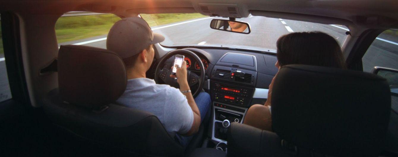iPhone против Android. Выяснилось, кто больше отвлекает водителей