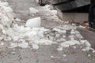 В Полтаве второй раз за три дня и на той же улице ледяная глыба упала на маленькую девочку