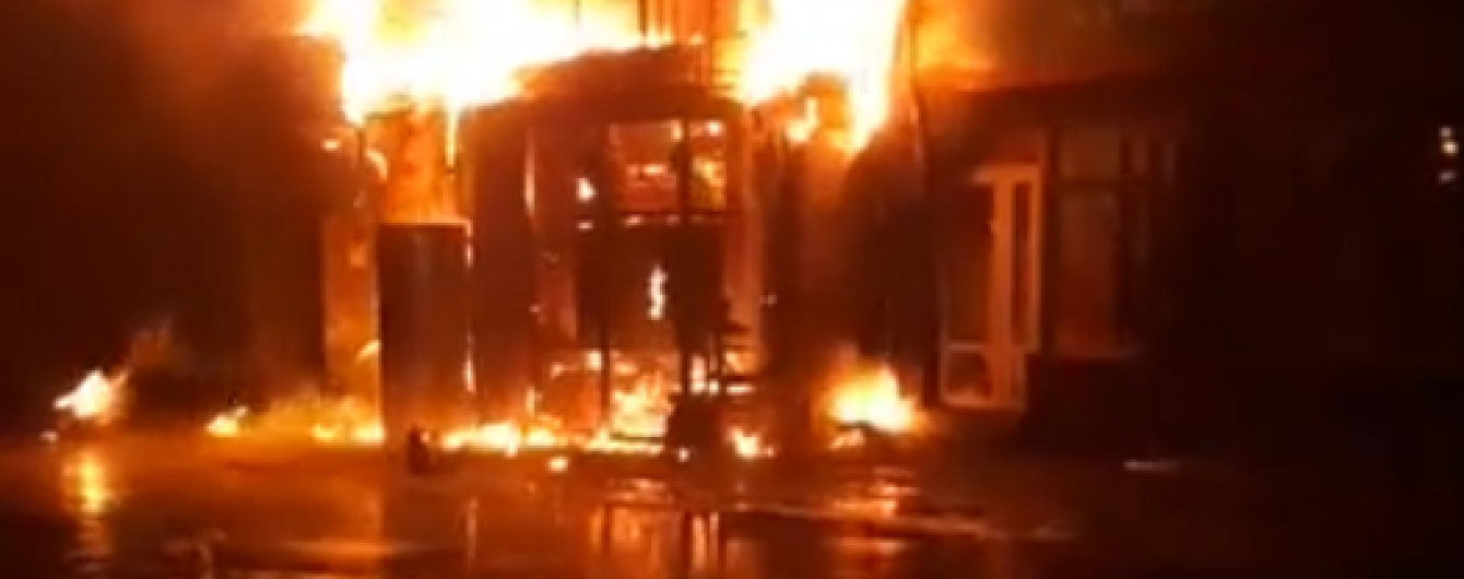 На Киевщине загорелся супермаркет в доме, сгорели квартиры