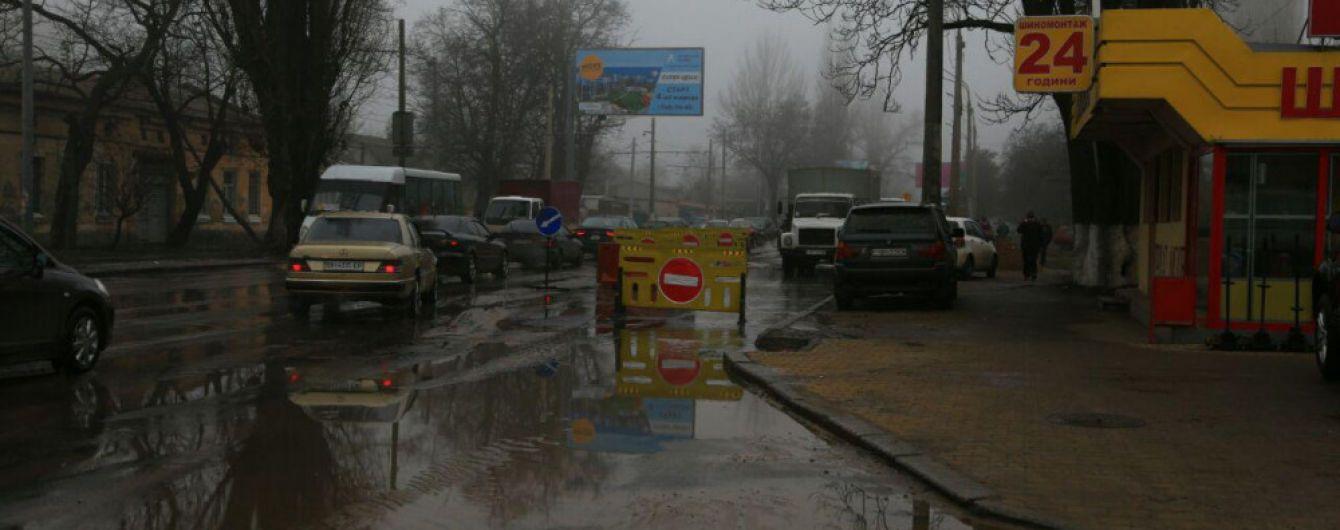Коммунальщики наугад ищут место разрыва водопровода в Одессе