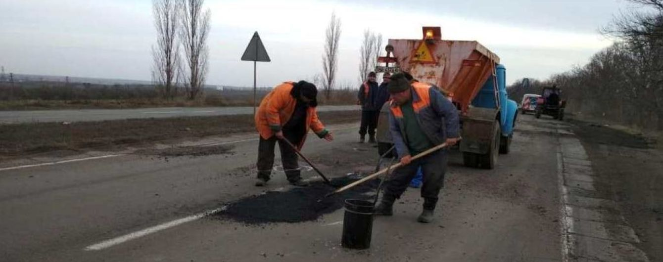 Важное, но разбитое шоссе на Николаевщине дождалось аварийного ремонта