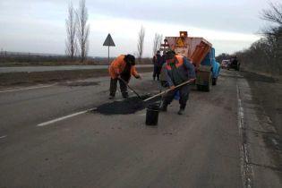 Важливе, але розбите шосе на Миколаївщині дочекалось аварійного ремонту