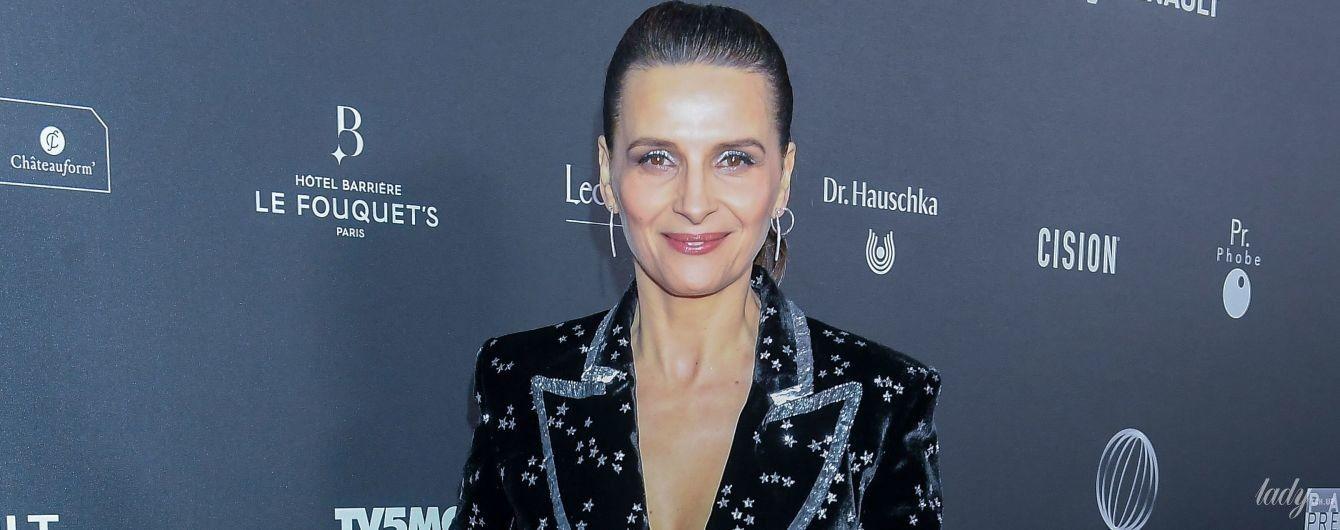 В бархатном костюме со звездами: стильная 54-летняя Жюльет Бинош на светском мероприятии