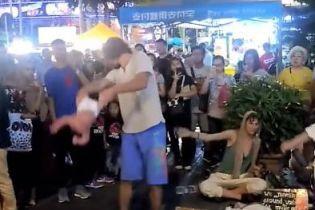 В Малайзії затримали росіян, які жонглювали чотиримісячним малюком на вулиці