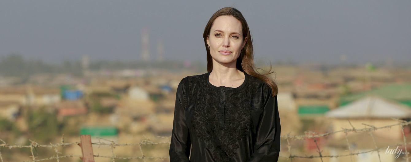 В любимом цвете: Анджелина Джоли во всем черном посетила Бангладеш