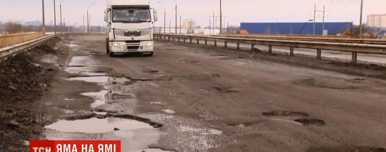 Концентрация ям зашкаливает: полицейские показали самую ужасную дорогу в окрестностях Киева