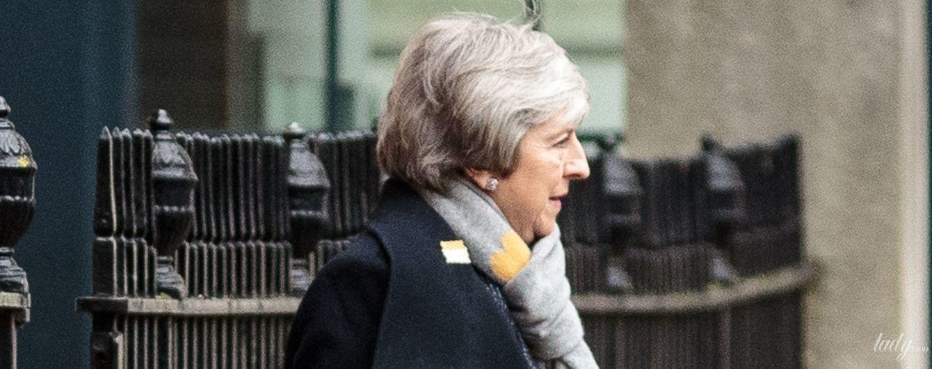 В деловом наряде и с шарфом с принтом в виде сердец: Тереза Мэй в объективах лондонских папарацци