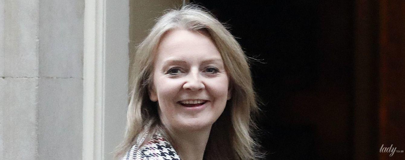 В клетчатом пальто и с красной сумкой: новый выход главного секретаря казначейства Великобритании