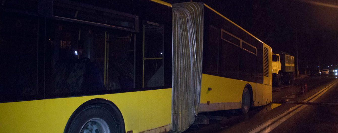 Оторвалось дно: в Киеве развалился пассажирский автобус
