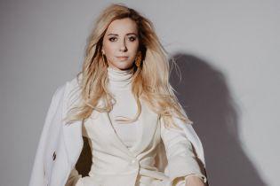 В белом наряде и на шпильках: стильная Тоня Матвиенко представила песню авторства своего мужа