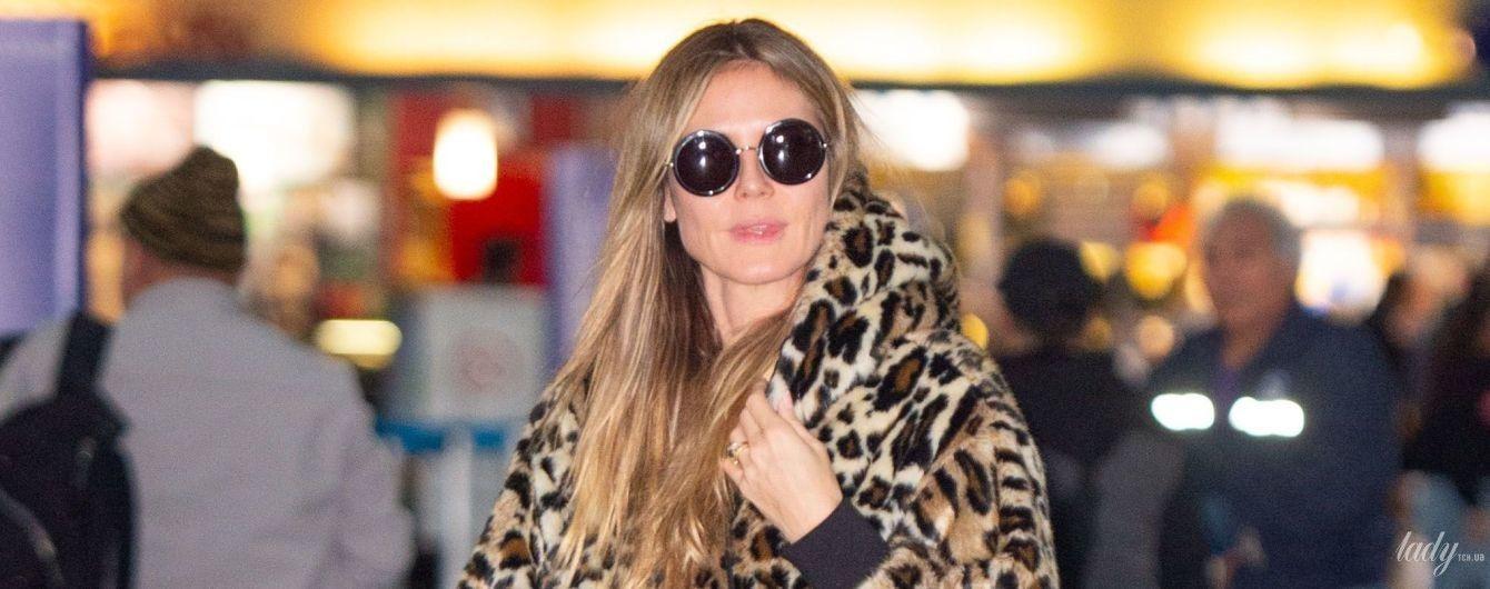 Экспериментирует с принтами: Хайди Клум прилетела в Нью-Йорк в леопардовой шубе и штанах со звездами