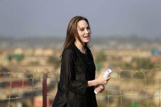 Анджелина Джоли в черном посетила лагерь беженцев в Бангладеше