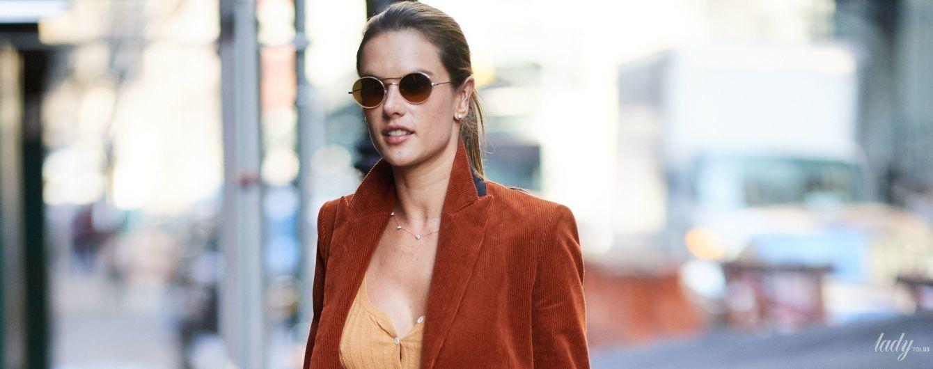 В трикотажной кофте и без бюстгальтера: Алессандра Амбросио в скромном наряде прогулялась по Манхэттену
