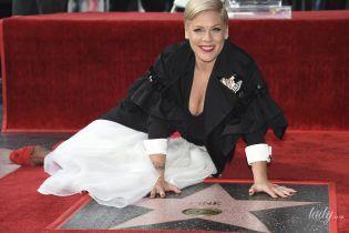 """З декольте і в босоніжках не за розміром: Пінк отримала зірку на """"Алеї слави"""""""