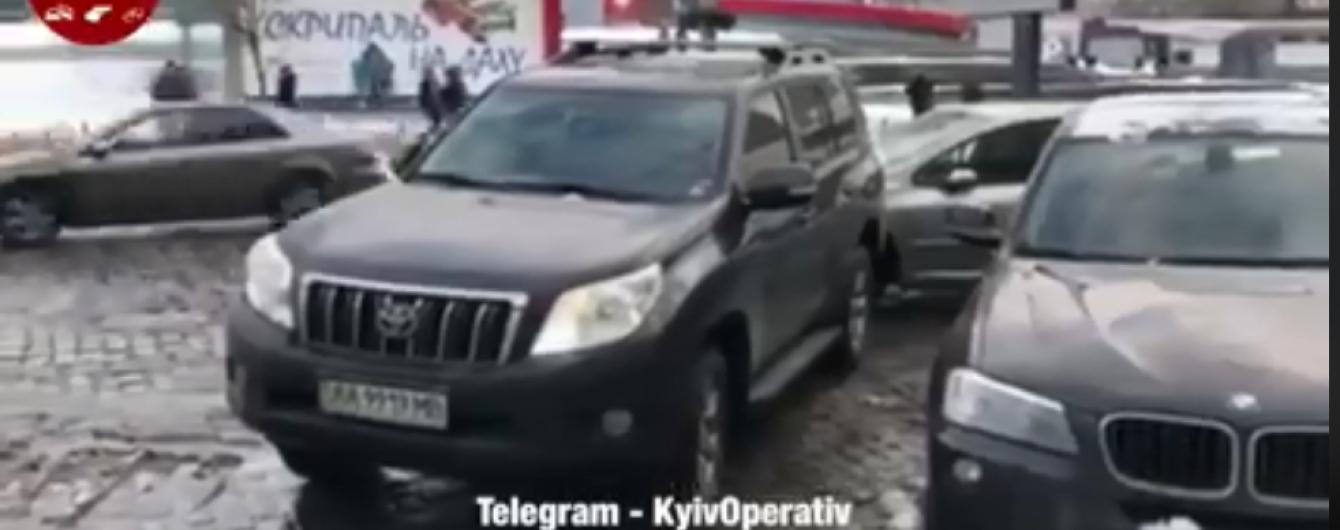 """Герой дня. В Киеве водитель Toyota """"наказал"""" Peugeot за неправильную парковку"""