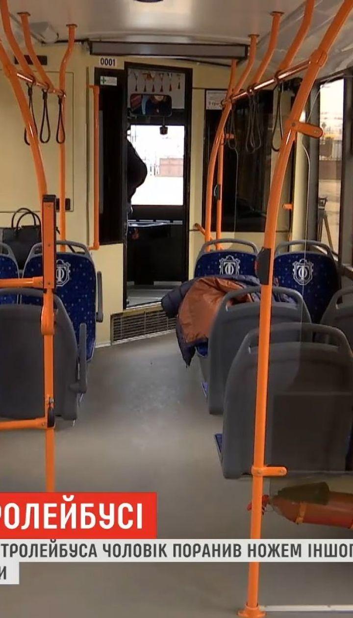 Резня в троллейбусе: в Одессе мужчина ранил ножом в живот другого пассажира