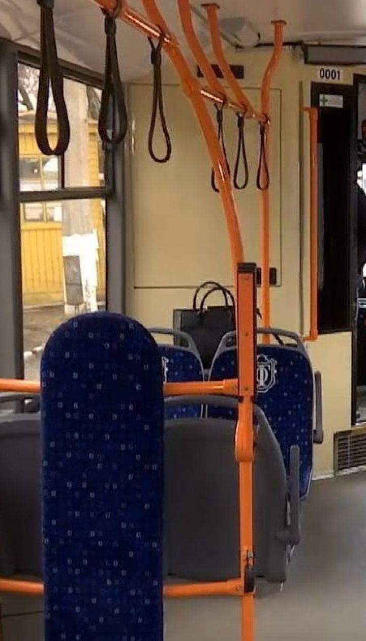 Різанина в тролейбусі: в Одесі чоловік поранив ножем у живіт іншого пасажира