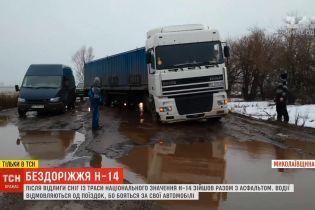 """""""У тій дорозі ховаються машини"""": найстрашнішу трасу України водії після відлиги об'їздять полями"""