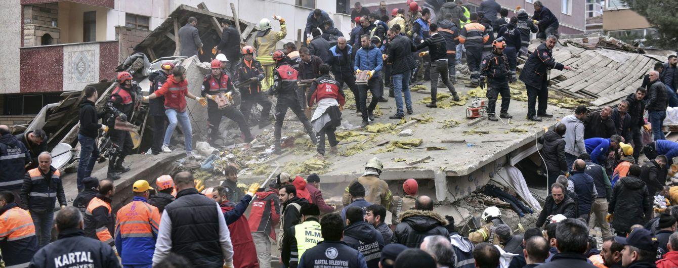В Стамбуле спасатели извлекли шесть человек из-под завалов жилого дома